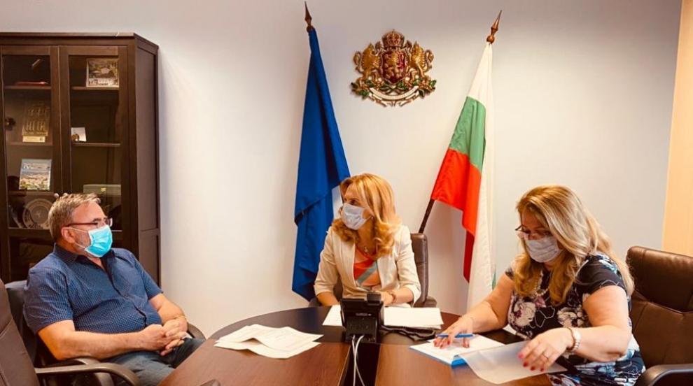 Николова разговаря с държавния секретар по...