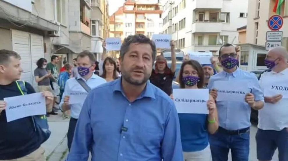 Христо Иванов заведе ДБ на протест пред Беларуското посолство