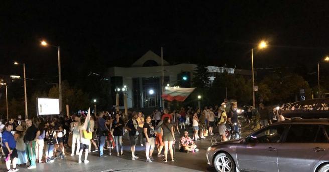 Протестиращи за втора вечер блокираха кръстовището пред Румънското посолство в