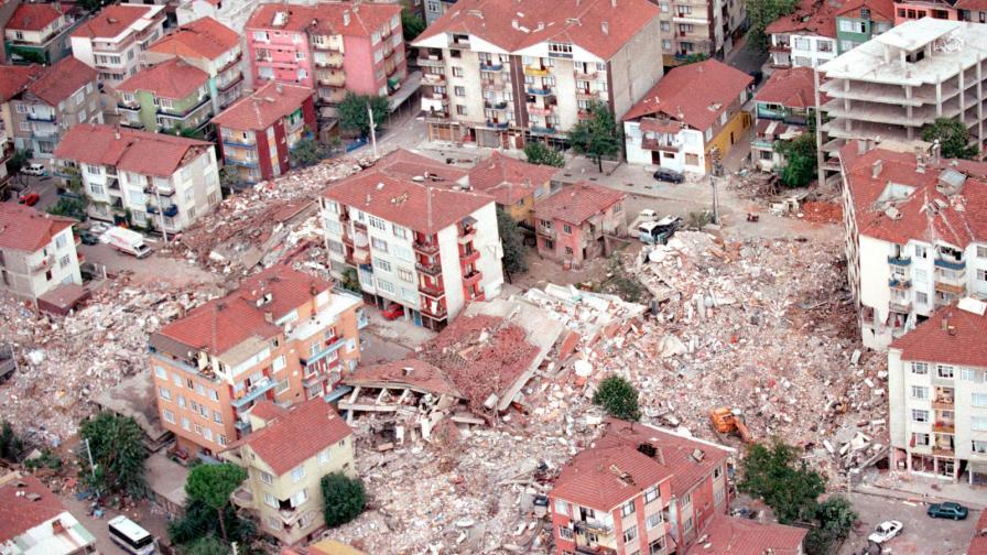 <p>17 хил. жертви на разрушителен трус в Турция на днешния ден</p>