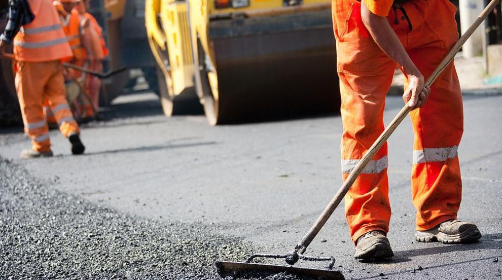 Пълнят дупка с нов асфалт насред дъжда в столичен...