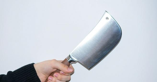 18-годишен младеж е нападнат със сатър от баща си в