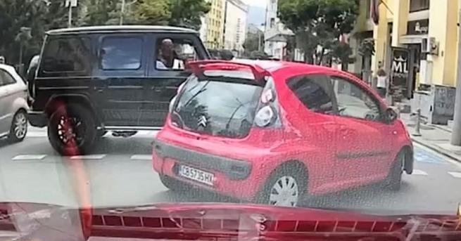 Мъж с Мерцедес G класа блокира движението на столичното кръстовище