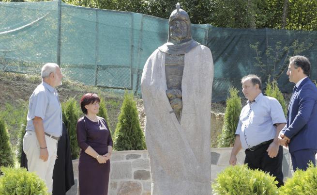 Цвета Карянчева до паметника на Момчил юнак в Златоград
