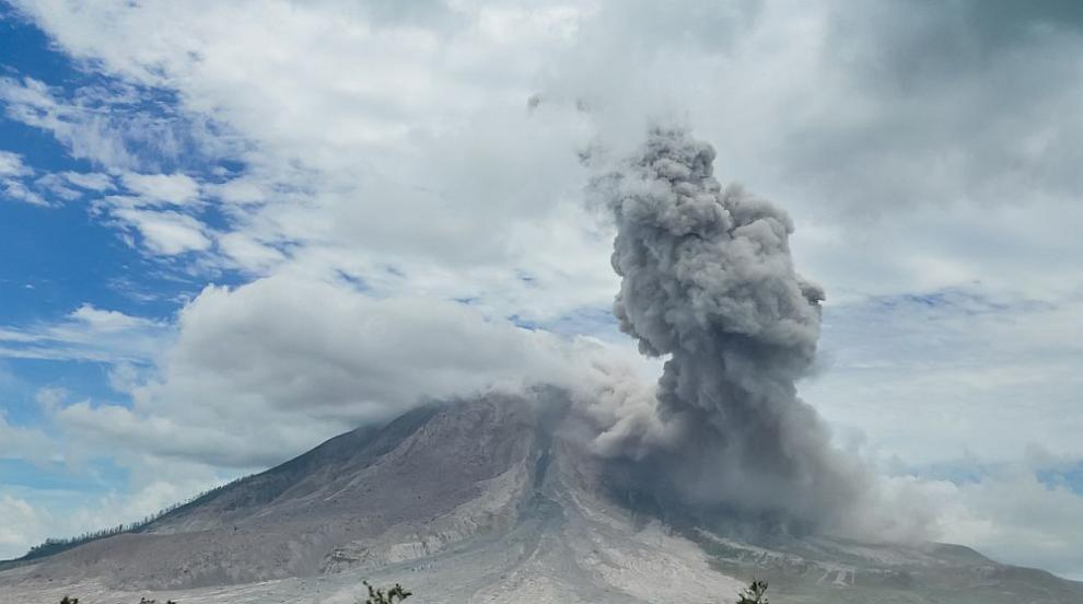 Изригна един от най-мощните вулкани в Индонезия (ВИДЕО)