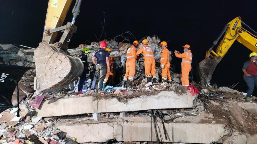 5-етажна сграда рухна в Индия, търсят оцелели под развалините