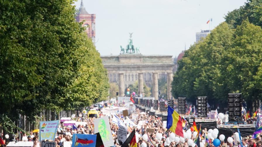 Полицията в Берлин спря многохиляден протест срещу карантината