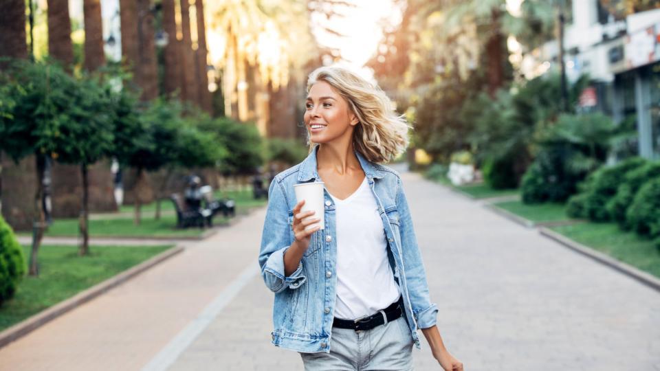 жена лято кафе