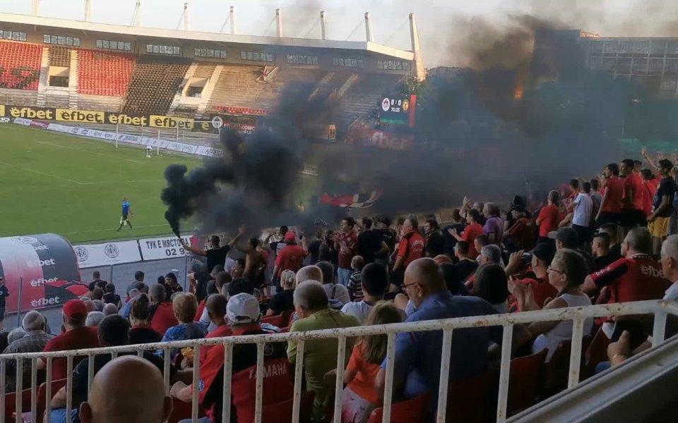 Привържениците на Локомотив София си спретнаха пиро шоу в началото