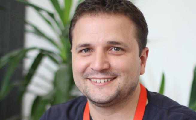 """Д-р Емил Атанасов - детският уролог от """"Пирогов"""", който върви напред с """"малки стъпки, но постоянно"""""""
