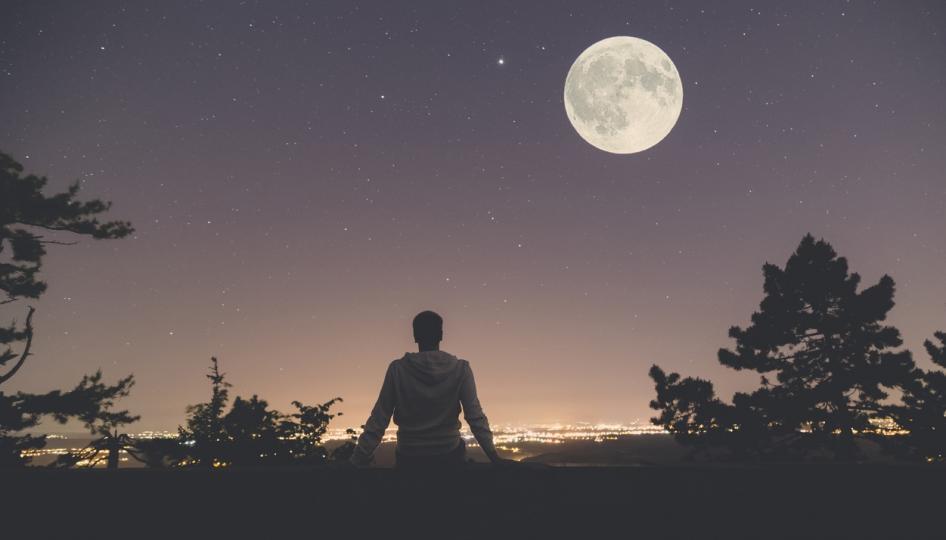 <p><strong>Луната е подводното течение на нашия живот</strong></p>  <p>Гледайки към морето, невинаги можем да видим подводното течение. Но щом влезем във водата, веднага усещаме неговото привличане. Нашият лунен знак представлява привличането на нашите чувства, емоции и души. Ако можем да разберем в каква посока се движи течението, навигирането на житейските потоци става по-лесно. Спасителите винаги предупреждават да не се плува срещу мъртвото течение &ndash; вместо това трябва да се предадем на неговата сила. Лунният знак действа по същия начин &ndash; когато познаваме темите на нашия лунен знак, можем да оставим силата му да ни поведе, вместо да се борим срещу него.</p>