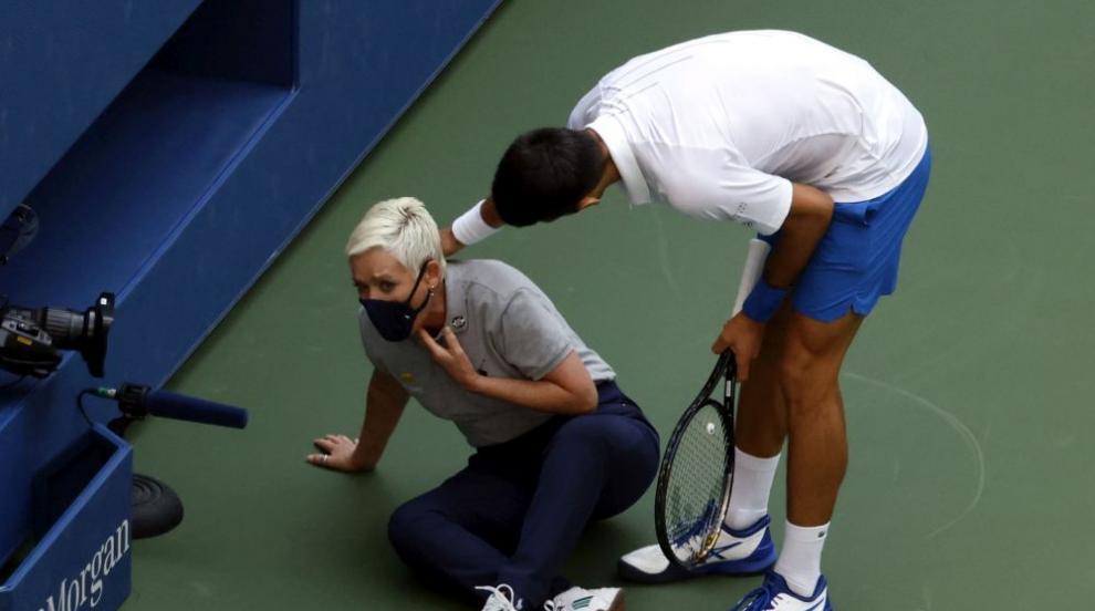 Миг на лудост! Джокович нокаутира жена с топка,...