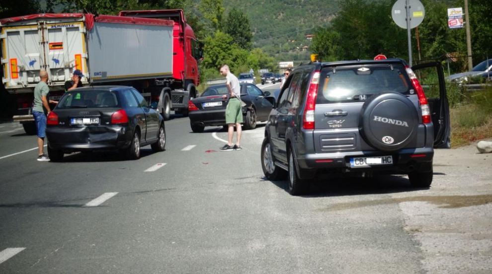 Интензивен трафик край Симитли, верижна катастрофа...