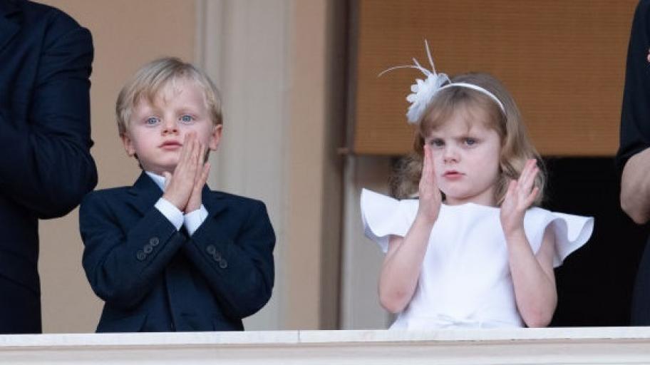 Очарователните близнаци Жак и Габриела: престолонаследниците на Монако прекрачиха училищния праг