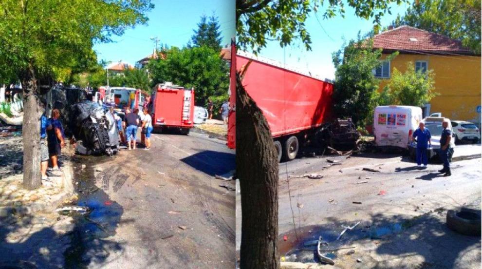Ад в центъра на Айтос: ТИР помете 11 автомобила, загина...