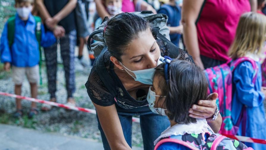 Учебната година в Гърция започна със скандал заради маските