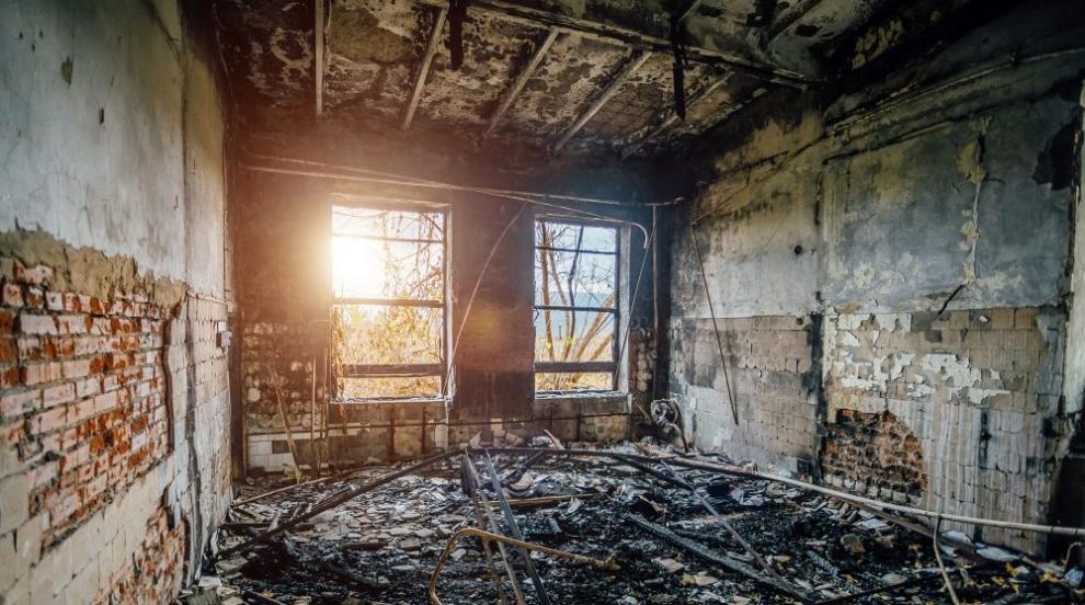 Пожар изпепели къщата на полицай, докато охранява...