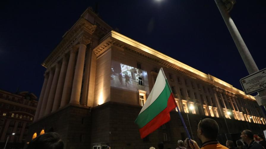 Протести в центъра на София, горят медицински маски