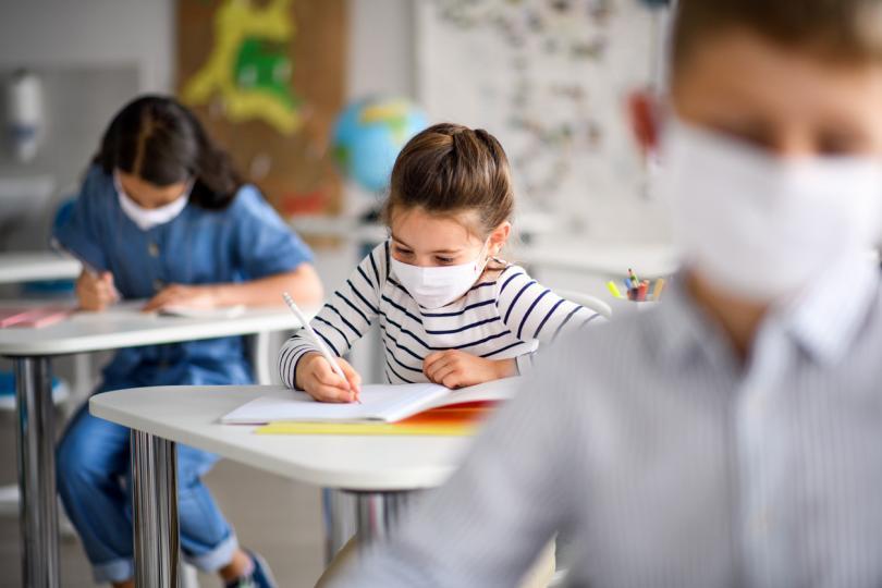<p><strong>Мерете температурата на детето преди училище </strong>- някои училища също го правят на входа сутрин, но лекарите препоръчват да си създадете този ритуал и вкъщи. Направете го като игра, за да не се тормози детето. Така ще се чувствате по-сигурни.</p>  <p>&nbsp;</p>