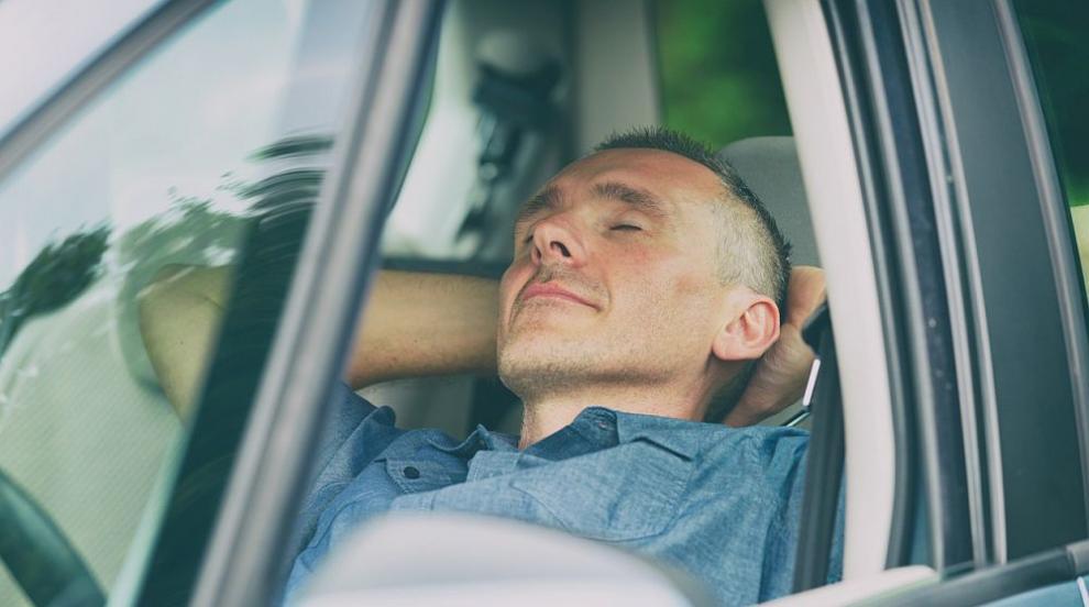 """Канадец """"лети"""" на магистрала с безпилотната си Tesla, докато спи, глобиха го"""