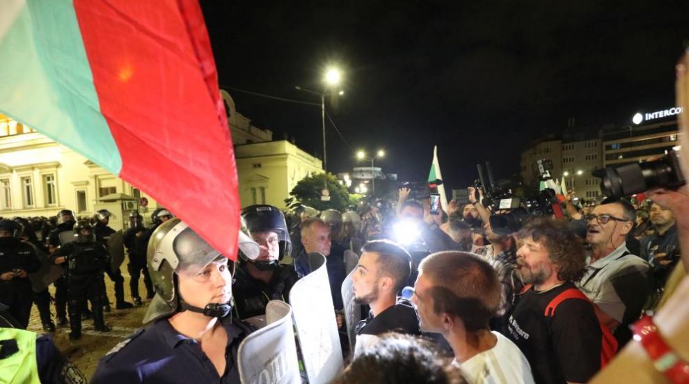 Напрежение на протеста, хвърлят бомбички, бутилки и...