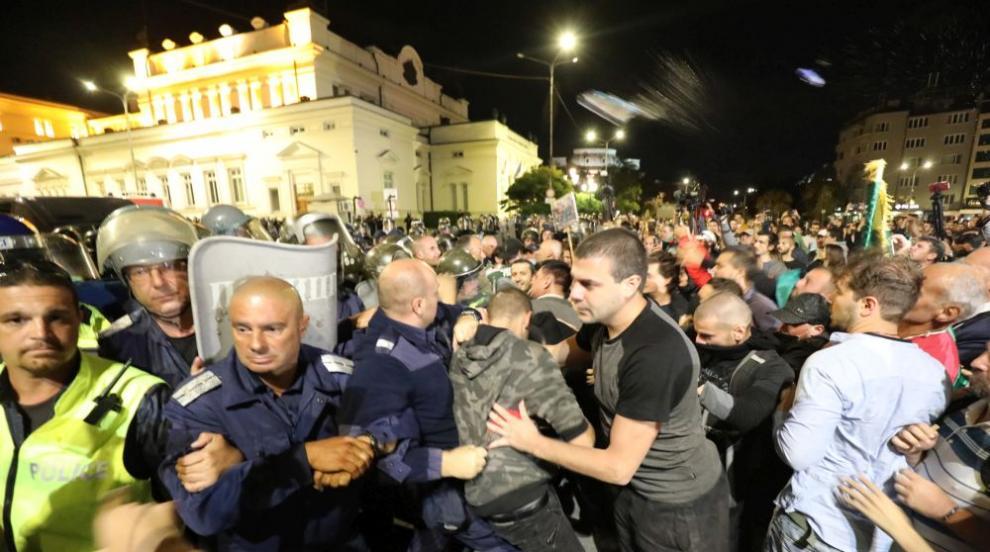 Полицай е ударен с камък в главата на протеста снощи...