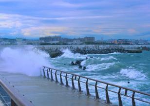 Тайфунът Долфин е край японското крайбрежие