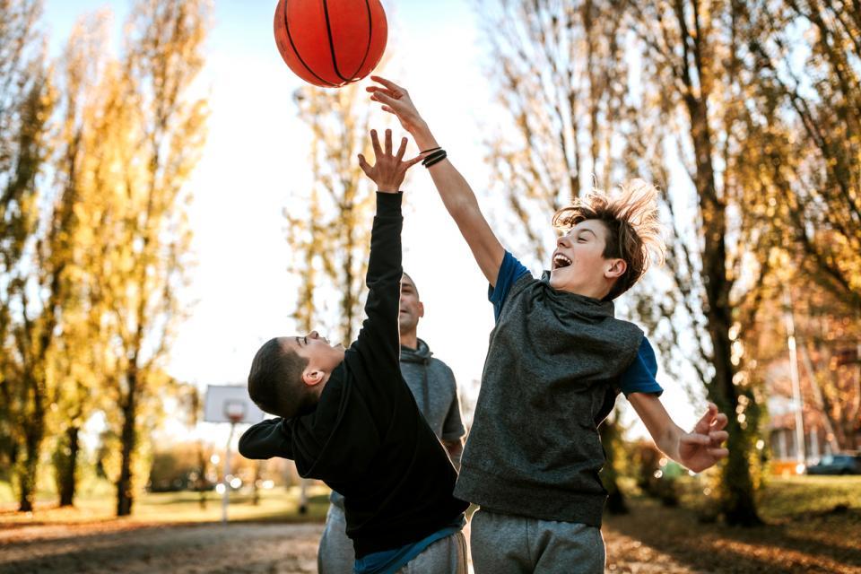 деца игра спорт
