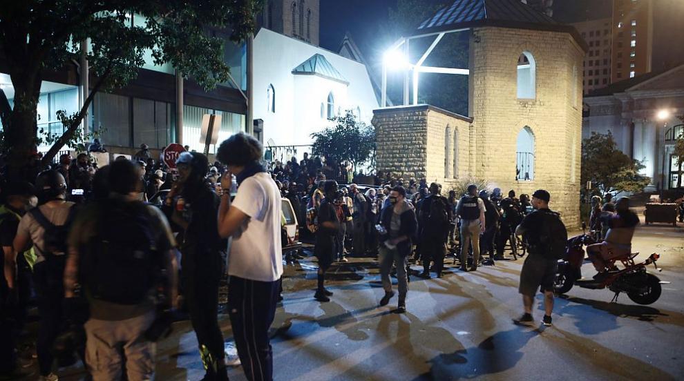 Поредна напрегната нощ на протести в Луивил (ВИДЕО)
