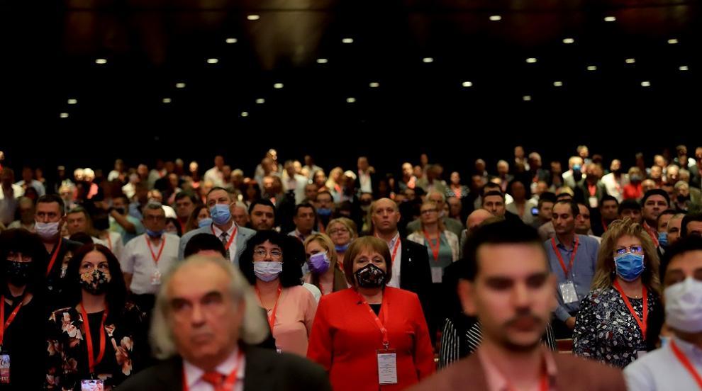 Червеният конгрес няма страх от Covid-19 - свали маските