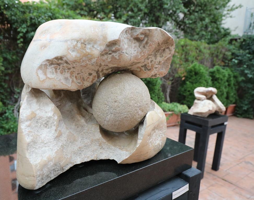 <p>Един от най-своеобразните скулптори &ndash; Кирил Мескин за втори път открива изложба в Галерия Арте. Този виртуозен майстор на камъка присъства не само в интериорното пространство на галерията, но представя и едроформатни скулптури в открита среда &ndash; двора на галерията.</p>