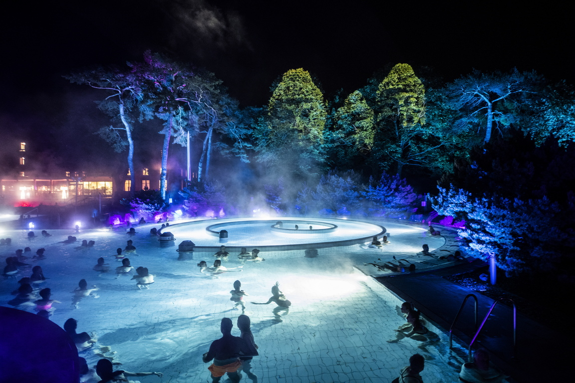 <p>Плувци се наслаждават на първото представяне на светлинното шоу &quot;Осветените бани&quot; &bdquo;Les Baignades illumines&ldquo; в термалните бани в Лаве-ле-Бен, Швейцария, четвъртък вечерта, 1 октомври 2020 г.</p>