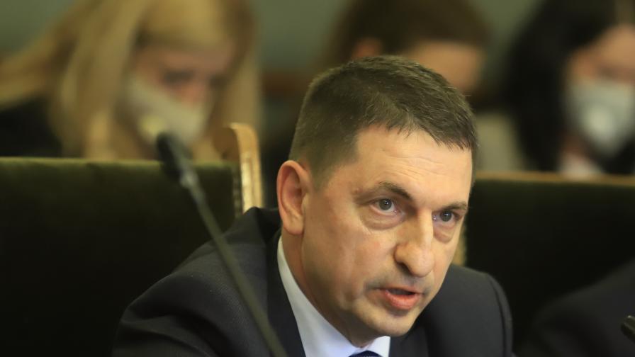 <p>Вътрешният министър: Работим по всички версии за побоя над Валентин Михов</p>