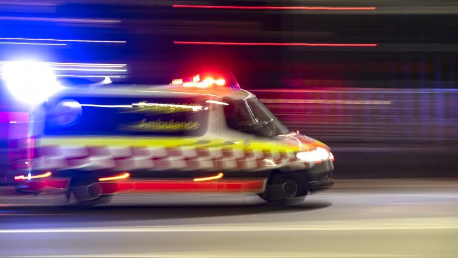 Мъж е в кома, удари колата си в спирка