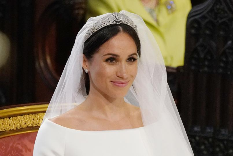 <p><strong>Тиарата на Меган Маркъл</strong></p>  <p>Украшението, което носи херцогинята на Съсекс в деня на сватбата си, включва разглобяема брошка, съставена от десет диаманта.</p>