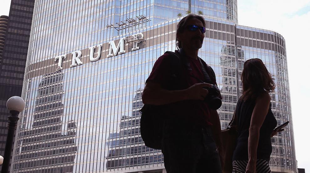 """Мъж увисна от """"Тръмп Тауър"""" в Чикаго, иска разговор..."""
