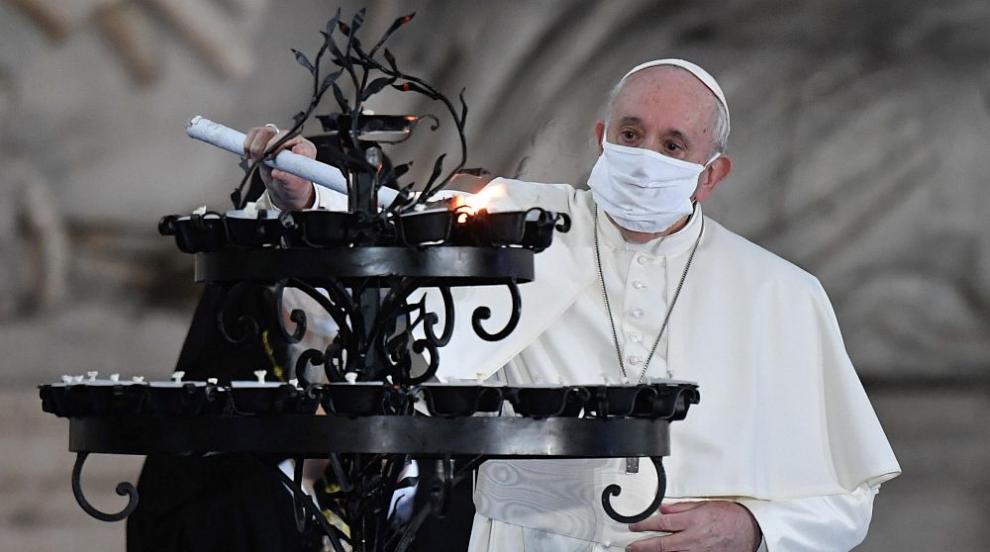 Папа Франциск за първи път с маска на публично място...