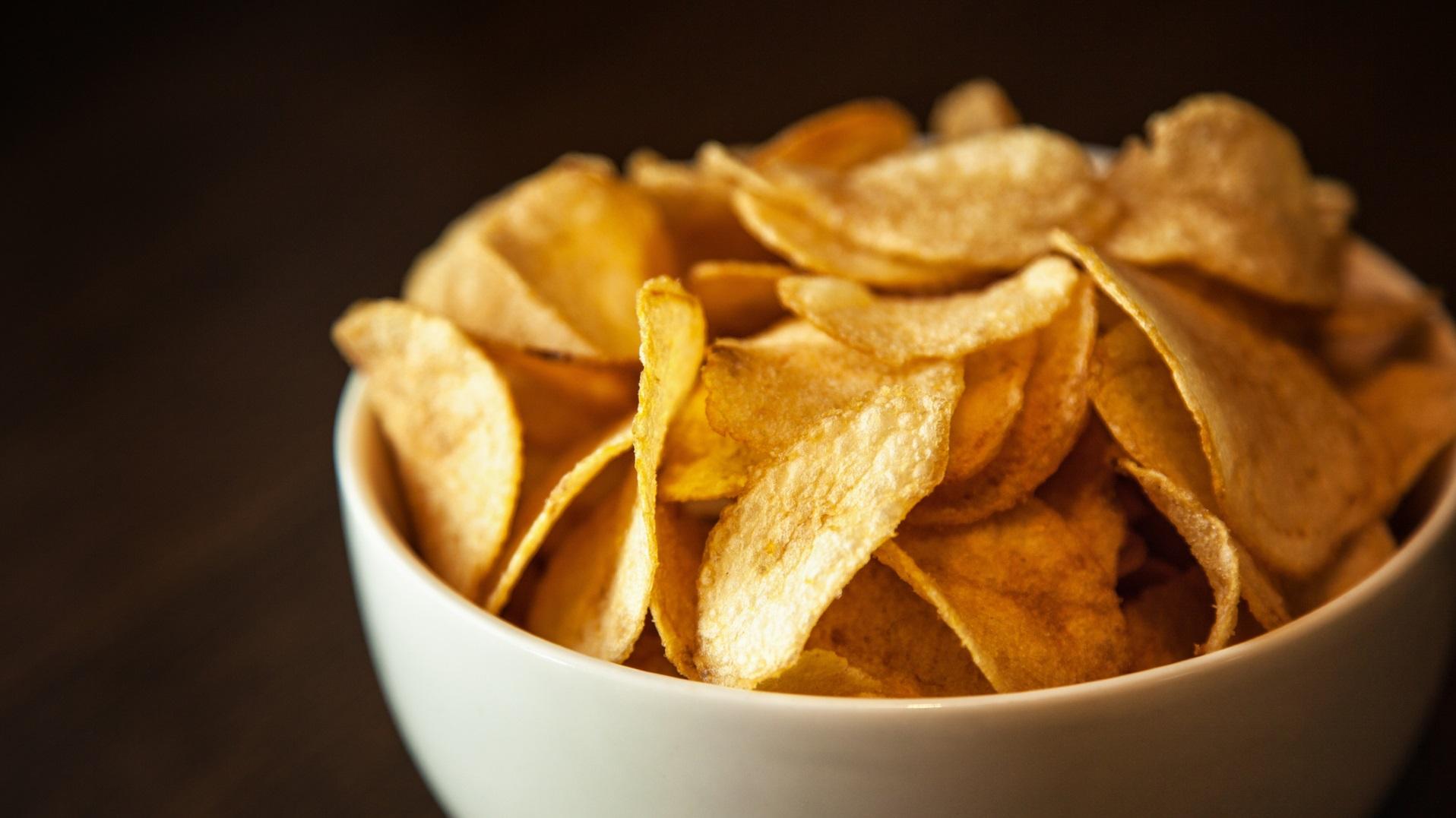 <p><strong>Консумирате празни калории</strong></p>  <p>Погледнете опаковката на чипса и ще видите, че той е богат на калории, мазнини и натрий и &hellip; почти нищо друго. Реално липсва хранителна стойност, което означава, че ще огладнеете по-бързо и ще искате още храна.</p>
