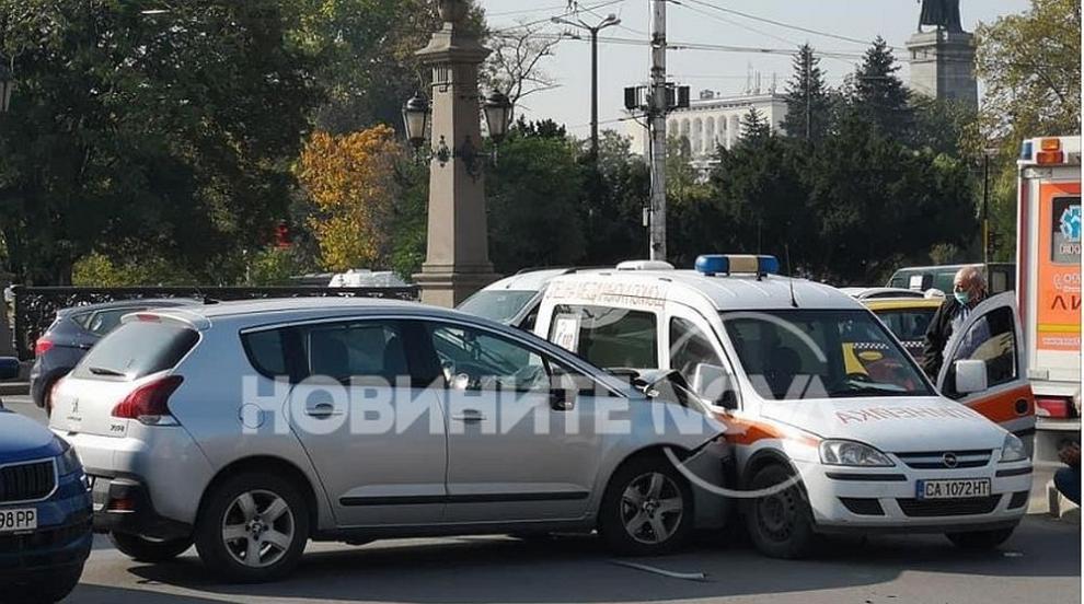 Две катастрофи с линейки в София, лекар е със счупени...