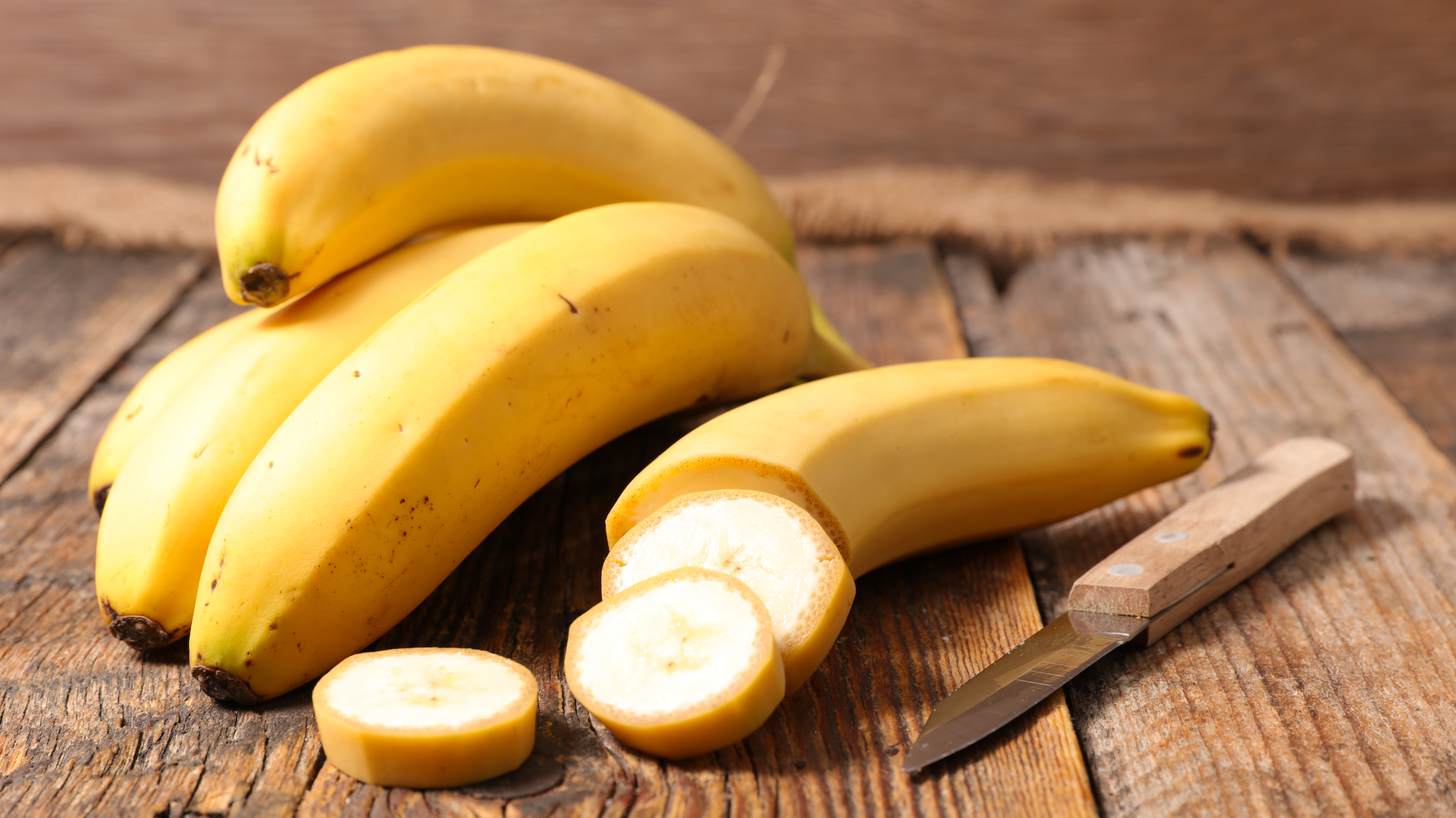 <p><strong>Бананови кори</strong><br /> Банановите кори са чудесно средство за избелване на зъбите. Затова следващия път, когато хапвате банан, запазете кората му. Достатъчно е да разтърквате с нея зъбите си за около минута-две два пъти дневно. Плодът съдържа калий, манган и магнезий, които се абсорбират в зъбния емайл и могат да ви помогнат за това да имате красива усмивка.</p>
