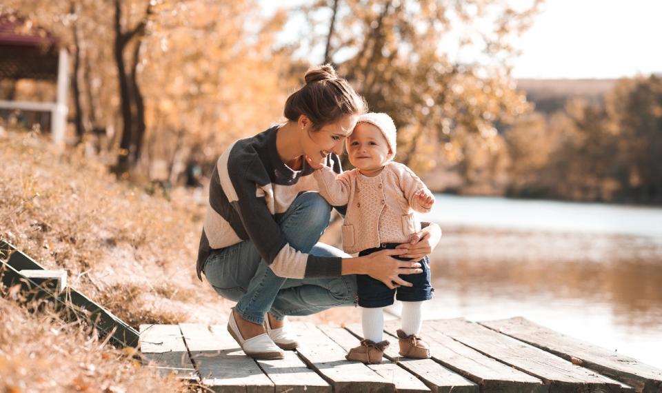 бебе майка есен дете природа