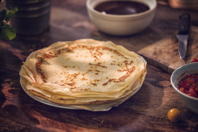 <p><strong>Готови палачинки</strong>&nbsp;</p>  <p>Едва ли има човек, който да не може да си приготви палачинки у дома. Рецептата за най-популярната закуска е много лесна за изпълнение. В почивен ден просто направете по-голямо количество палачинки и ги замразете, така ще имате и през седмицата. Със сигурност ще ви излезе по-изгодно и вкусно от това да си купите готови от магазина.</p>