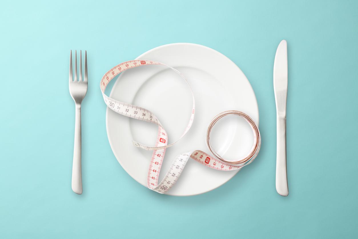 <p><strong>3. Гладуването е най-добрият начин да сваля килограми</strong></p>  <p>Подобни диети е малко вероятно да доведат до загуба на тегло за продължително време, а понякога може да имат точно обратния ефект.&nbsp;Основният проблем е, че този тип &nbsp;диети са много трудни за поддържане.&nbsp;Вашето тяло ще бъде с малко енергия и така може да ви се доядат&nbsp;храни с високо съдържание на мазнини и захар.&nbsp;</p>