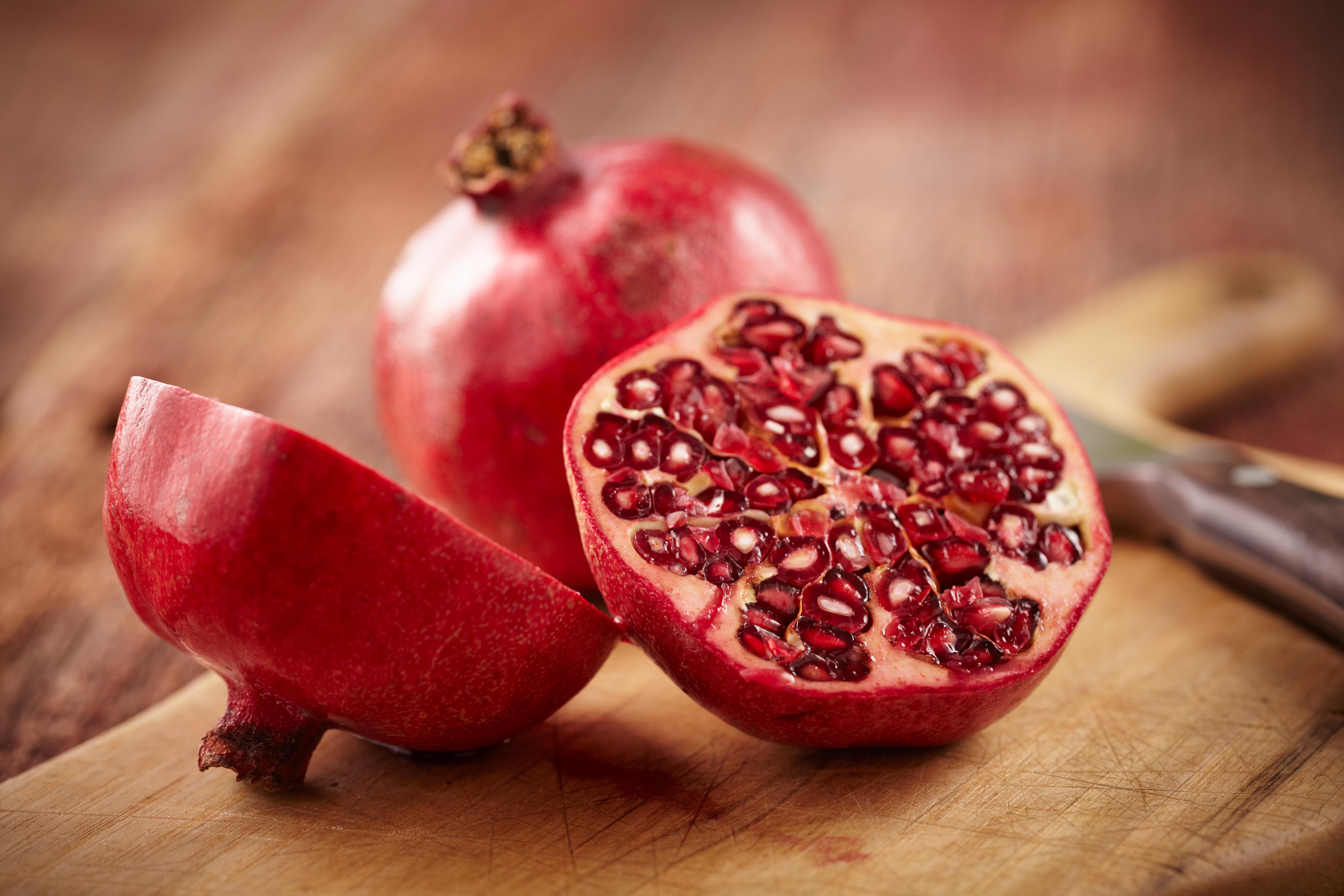 <p><strong>Нар</strong></p>  <p>Нарът е сред най-здравословните плодове. Доказано е, че нивата му на антиоксиданти са три пъти по-високи от тези в зеления чай и червеното вино. Проучванията също така показват, че има противовъзпалително действие и може да помогне за намаляване на риска от рак.</p>