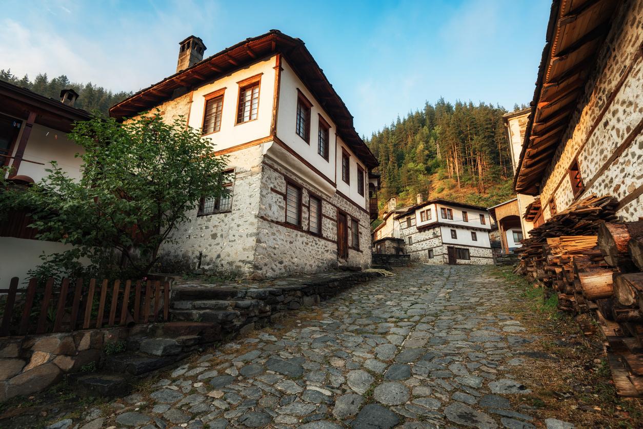 <p><strong>1. Село Широка лъка -</strong>&nbsp;намира се в Родопите и получило името си от старобългарската дума &bdquo;лъка&rdquo; &ndash; извивка, кривина, лъкатушене. Широка лъка е известна със своите красиви, автентични къщи, разположени амфитеатрално от двете страни на реката. Селото е прочуто и със съхранения си фолклор. Тук са се родили едни от най-известните певци и гайдари на родопския фолклор.</p>