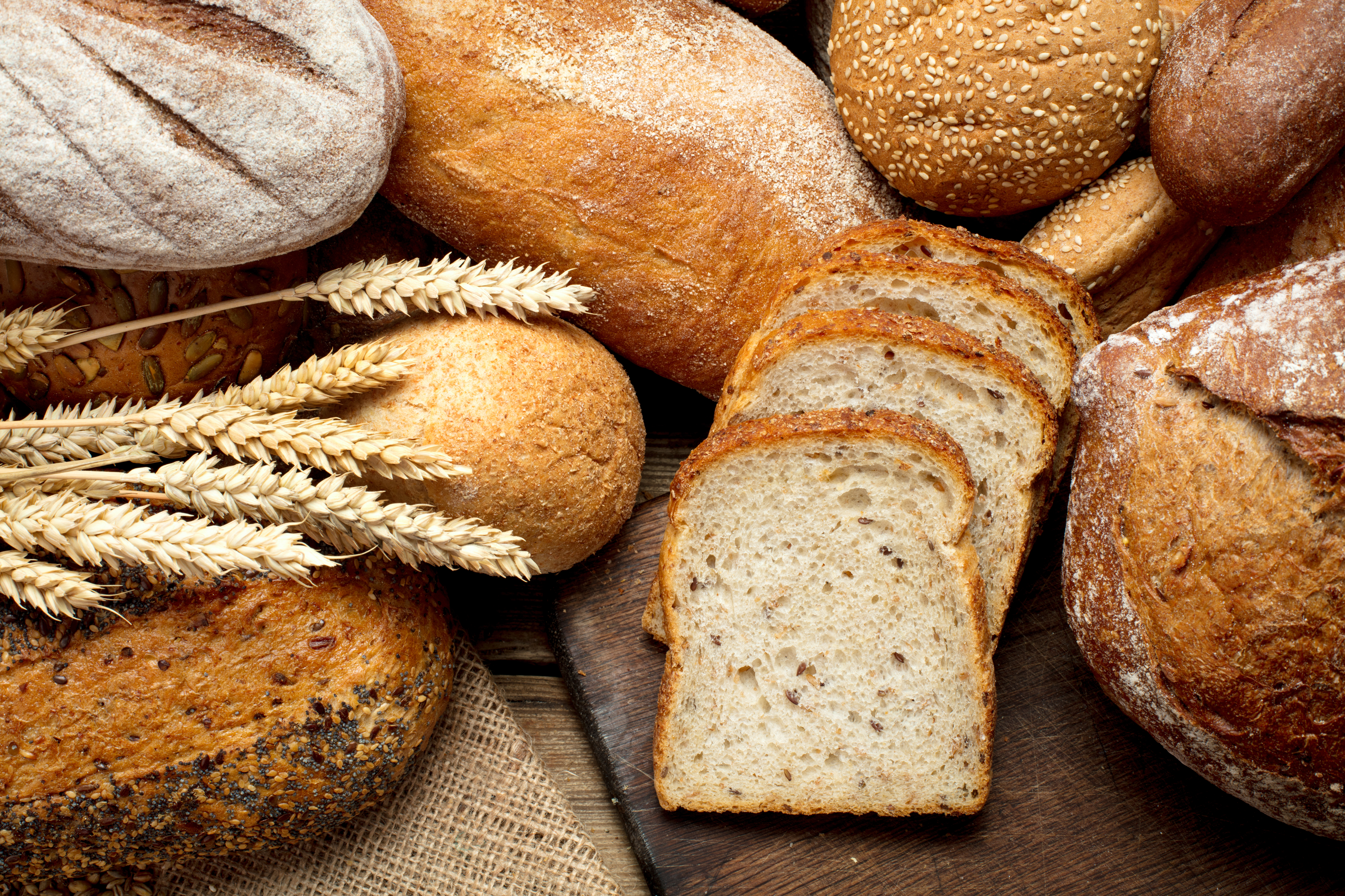 <p><strong>4.Хляб&nbsp;</strong><br /> Всички дългоочаквани гости в повечето православни страни са посрещани с хляб, сол или мед. Именно хлябът символизира благосъстоянието на семейството. Затова дори изсъхналите филии и трохите се препоръчва да се дават на птици или животни.&nbsp;</p>