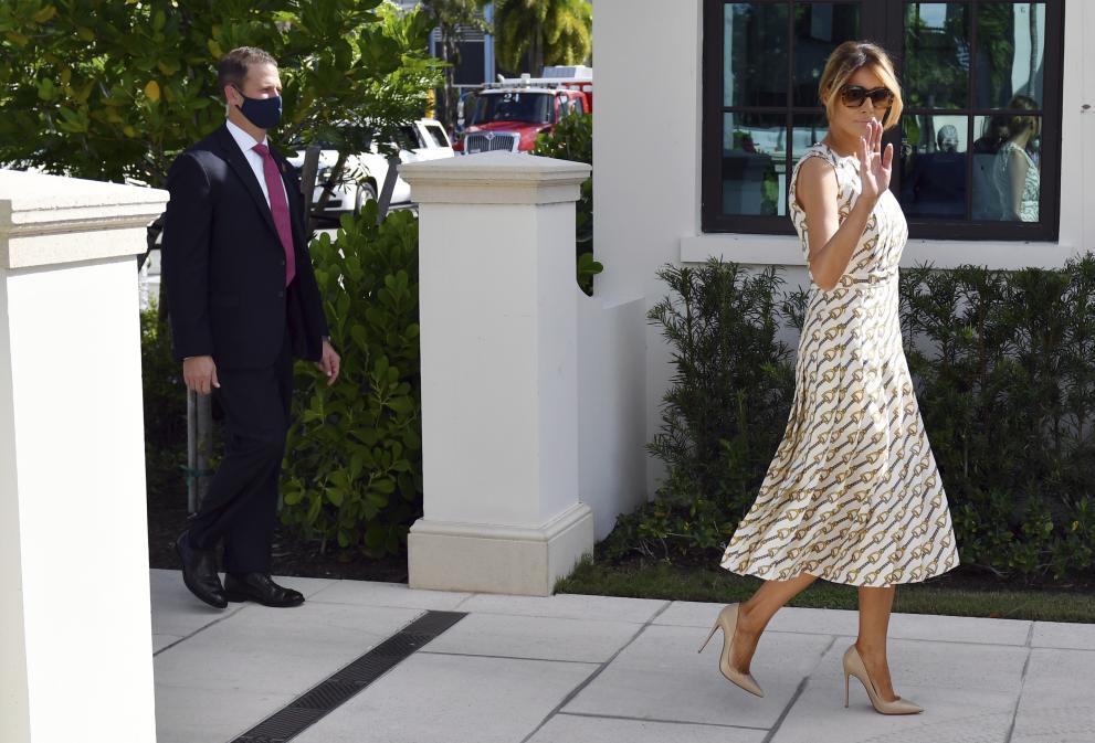 Мелания Тръмп бе небрежно елегантна, без маска и с много висок ток