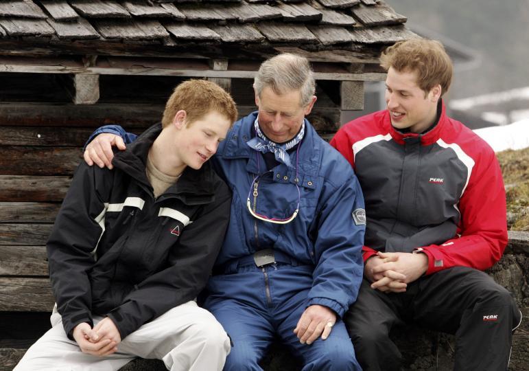 <p><strong>За погребението на майка си</strong></p>  <p>&bdquo;Нещото, което най-много си спомням, беше звукът от копитата на конете, които вървяха по Дъ Мол (улица, свързваща Бъкингамския дворец с площад Трафалгар &ndash; бел. ред.), червения тухлен път. Към този момент и двамата бяхме в шок (с брат си принц Уилям &ndash; бел.ред.). Сякаш бях извън тялото си&ldquo;, спомня си Хари припомня. &bdquo;Просто вървя и правя това, което се очакваше от мен, показвайки една десета от емоцията, която проявяваха всички останали. Това беше майка ми, вие дори не сте я срещали.&ldquo;</p>