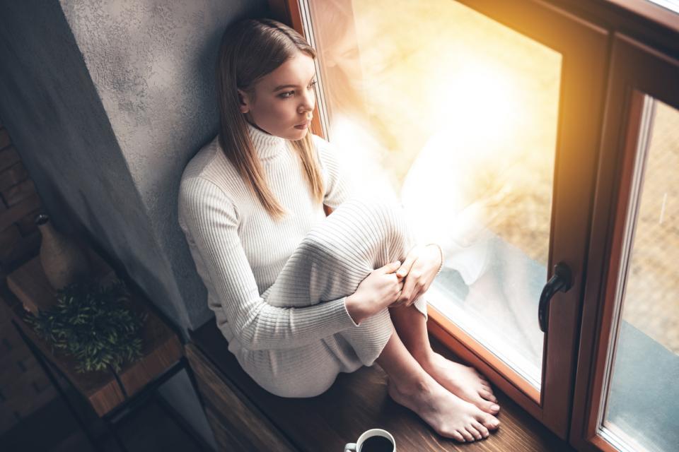 жена до прозореца вкъщи