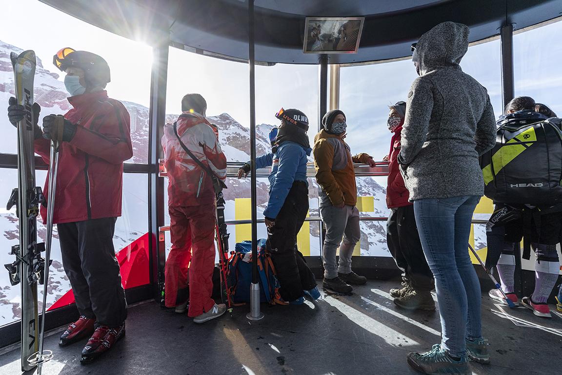 <p>Планината Титлис е част от Алпите, разположена на границата между кантоните Обвалден и Берн</p>